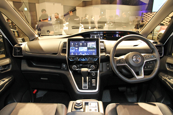 車種専用設計の10型ディスプレイの「AVIC-CE901」(日産 セレナ)