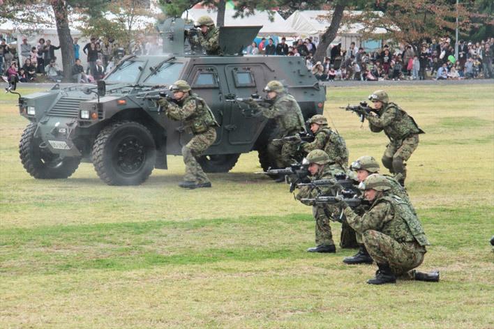 軽装甲機動車(LAV) 小倉駐屯地創立58周年記念行事・訓練展示01 防衛省提供
