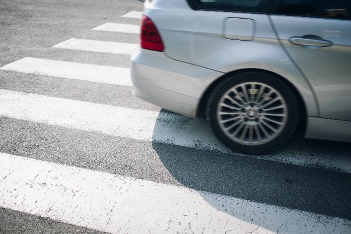 「信号機のない横断歩道」歩行者いても9割のクルマは止まらない現実