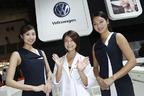 VWブースのコンパニオンはモデル系美女が勢揃い!ゆっきーなは次世代ワーゲンバスに大興奮!【東京モーターショー2017】