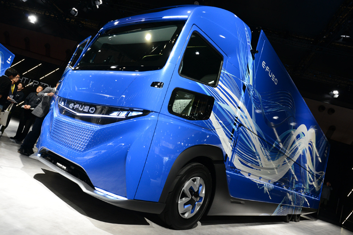 常識外?ベンツSクラスの電池を使い23トン級大型EVトラックを三菱ふそうが量産化へ【東京モーターショー2017】