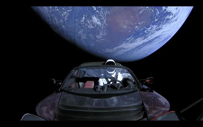 「テスラ ロードスター」 SpaceX社 超大型ロケット「Falcon Heavy」打ち上げ生中継より[2018年2月7日]
