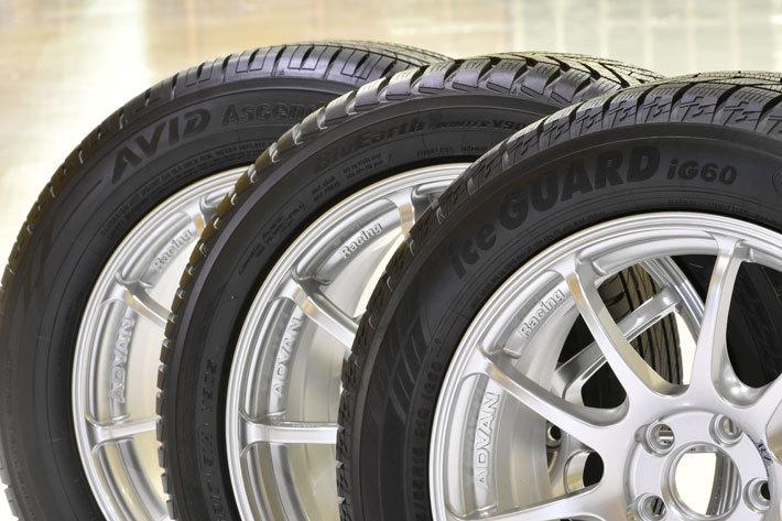 (左から)オールシーズンタイヤ Avid ASCEND S323、ウィンタータイヤ BluEarth WINTER V905、スタッドレスタイヤ iceGUARD 6