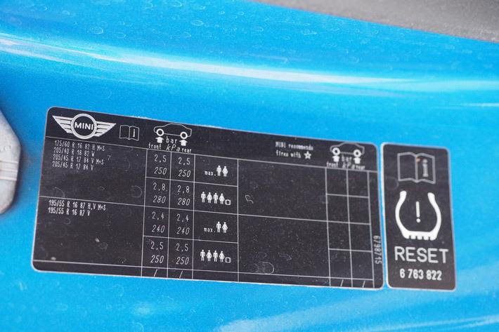 適正空気圧が書かれたステッカー(MINI)
