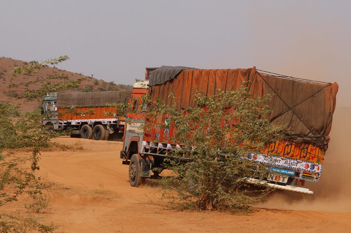 インドのダートを走るトラック