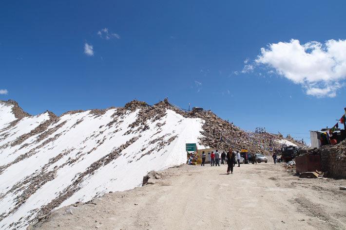 6月末でも残雪が残るカルドゥン・ラ峠。
