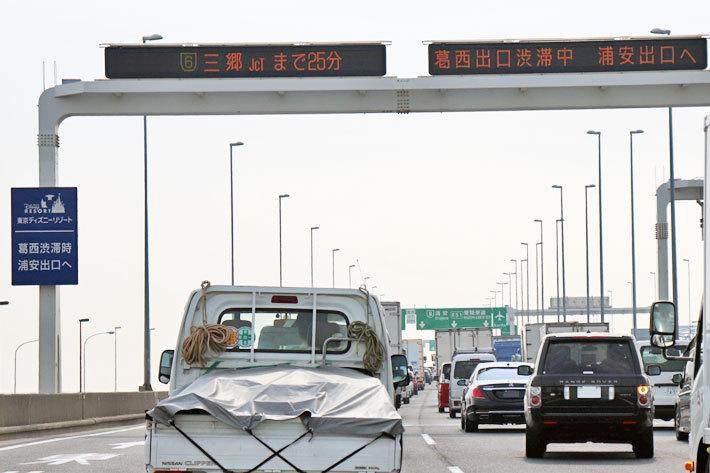 電光掲示板には「葛西出口渋滞中 浦安出口へ」の表示。補助看板にはしっかり東京ディズニーリゾートへの誘導看板も設置されている/首都高湾岸線東行き新木場~葛西間にて[ディズニーへ行くなら葛西出口は使ってはいけない]