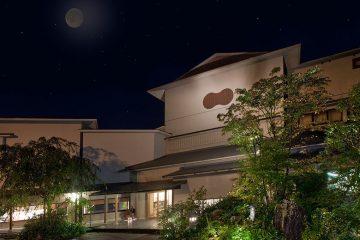 芦ノ湖と箱根連山を望む、静かな月見の宿