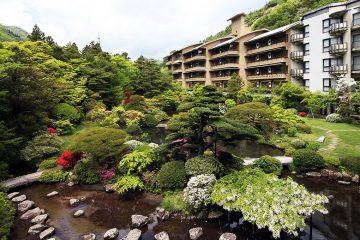 四季を彩る3000坪の日本庭園 こだわりに満ちた川沿いの宿