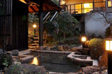 海を望む広大な丘陵地で、源泉かけ流し露天風呂を独占する贅沢